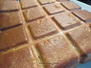 le gâteau démoulé sur l'envers, on ne voit plus les fruits; voilà pourquoi un moule à manqué cannelé ou autre moule est préférable